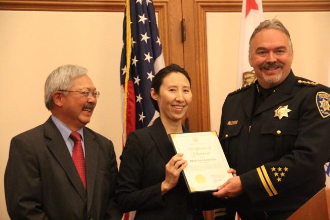 在舊金山加大擔任便衣警探的李珊迪(中間)是本次受表彰人士當中少有的女性。(記者李晗/攝影)