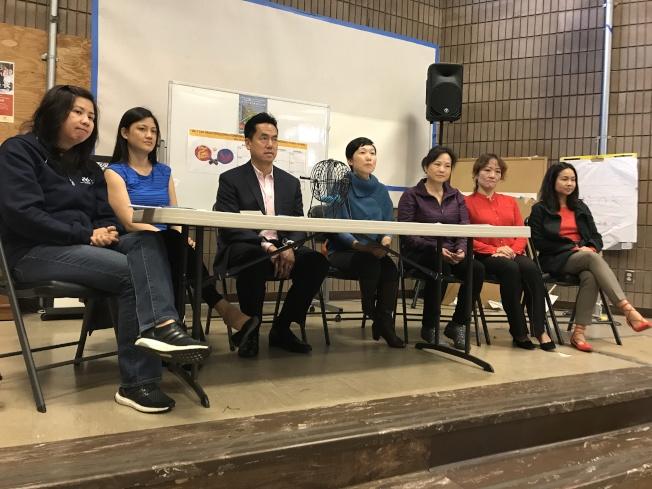 社區青年中心行政主任溫靜婷(左一)、華協中心行政副主任吳心維(左二)、博欽律師事務所合夥人劉偉康(左三)、市長辦公室副主任鄭藝嫻(中)、乒乓球教練蔡以虹(右三)、Chinatown Ping Pong Coordinator的Betty Chen (右二)、Kathy Pang(右一)出席記者會。(記者黃少華/攝影)