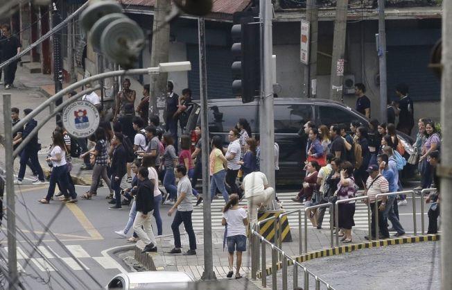 菲律賓北部呂宋島今發生規模6.2地震,首都馬尼拉可感受到震動,建築物晃動,辦公室與學校都疏散人員。(美聯社)