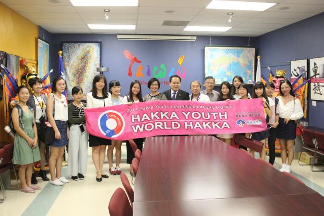 客家青年國際事務訪問團11日參訪休士頓僑教中心。(記者郭宗岳/攝影)