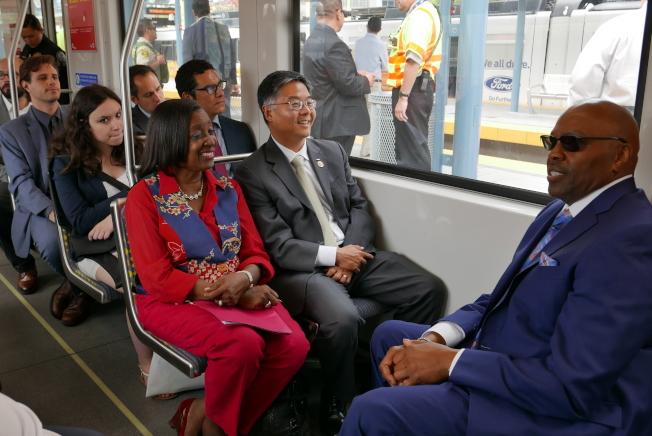 劉雲平和交通局官員及建商乘坐參觀輕軌博覽會線的二期延長工程。(記者李雪/攝影)