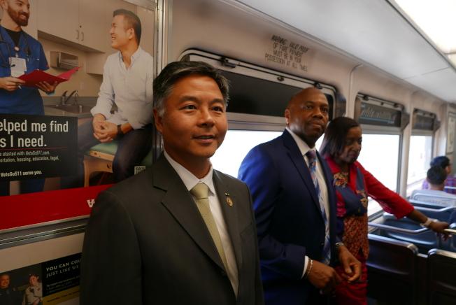 劉雲平(左)和洛縣交通局官員及建商,乘坐參觀輕軌博覽會線的二期延長工程。(記者李雪/攝影)