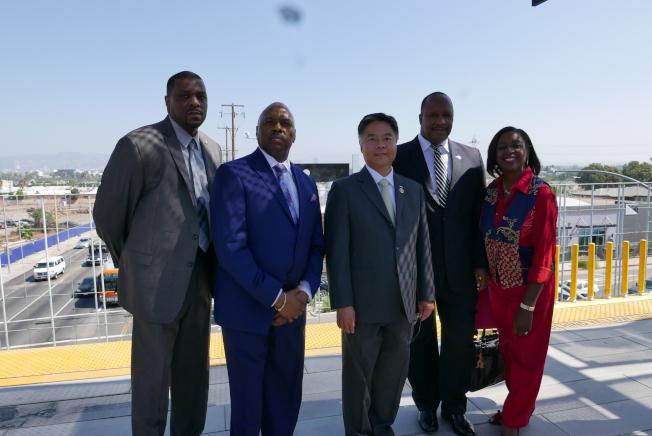 劉雲平(中)和交通局官員及建商乘坐參觀輕軌博覽會線的二期延長工程。(記者李雪/攝影)