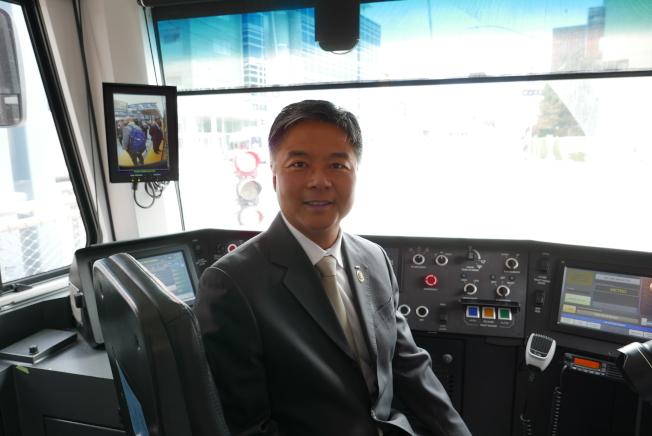 劉雲平參觀列車駕駛室。(記者李雪/攝影)