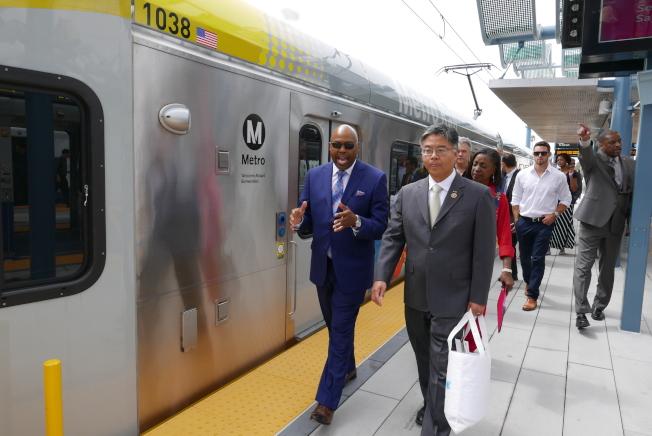 劉雲平(右)和交通局官員及建商乘坐參觀輕軌博覽會線的二期延長工程。(記者李雪/攝影)