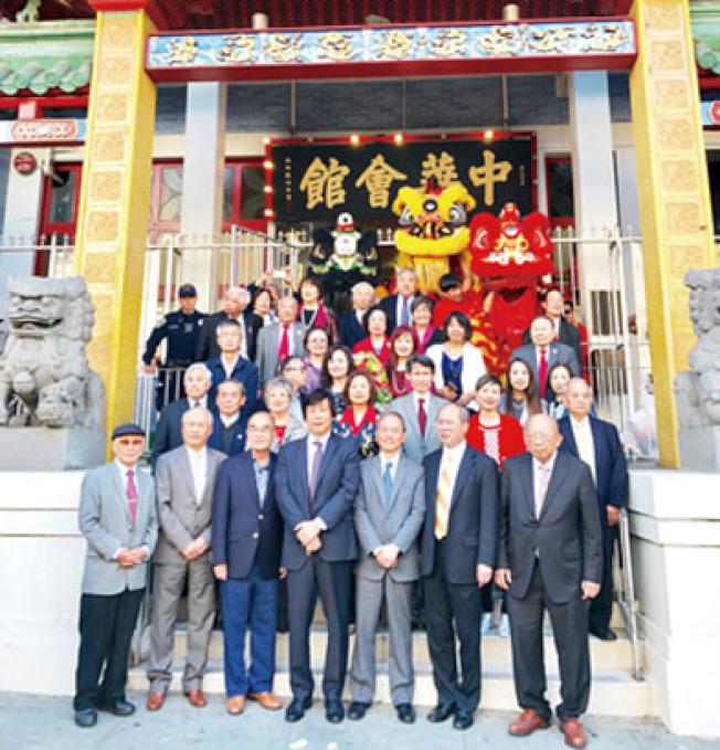 多位僑領在中華總會館歡迎吳新興到訪。前排從左至右為林炳昌、陳子巖、黃惠喜、馬鍾麟、吳新興、余武良、陳榮良。(記者黃少華/攝影)