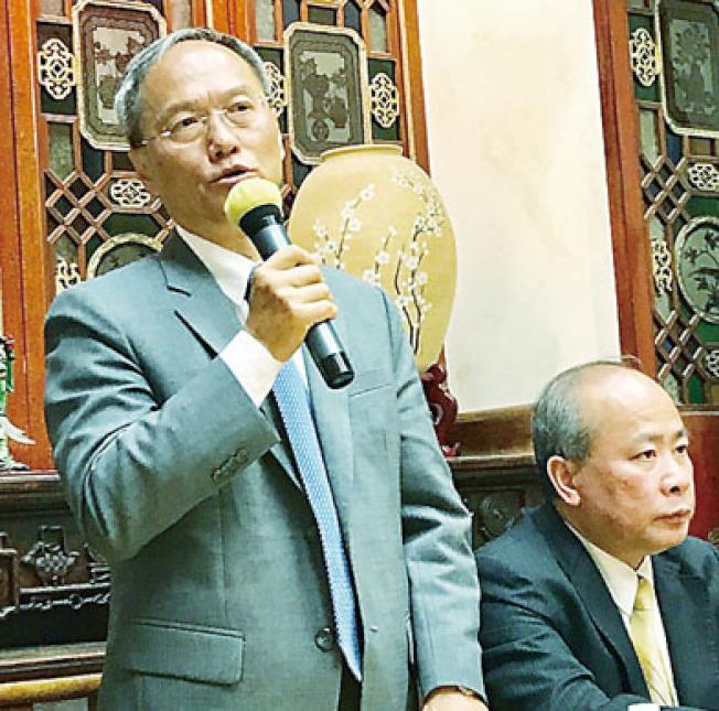吳新興到訪中華總會館,期望僑胞相互尊重和包容。(記者黃少華/攝影)