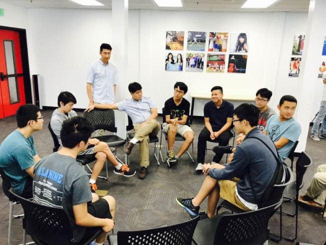 爾灣華裔青少年分小組討論。(主辦方提供)