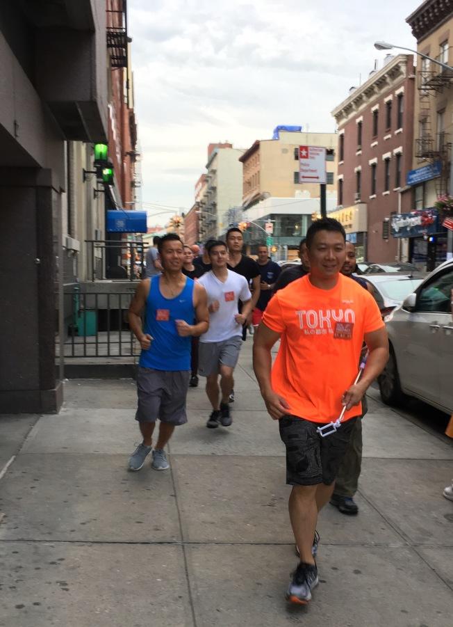 警民一起慢跑華埠,既強身健體,又增進交流。(記者李碩/攝影)