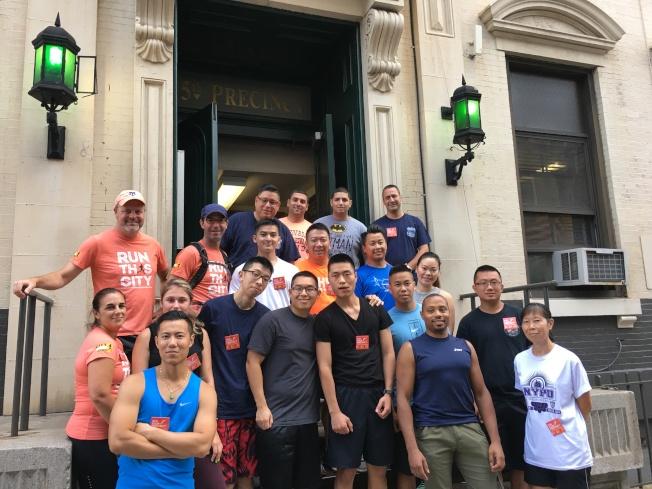 市警五分局邀民同跑華埠,既強身健體,又增進交流。(記者李碩/攝影)