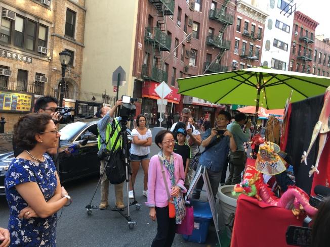 創騰伯格與市議員陳倩雯駐足觀看民族玩偶劇。(記者李碩/攝影)