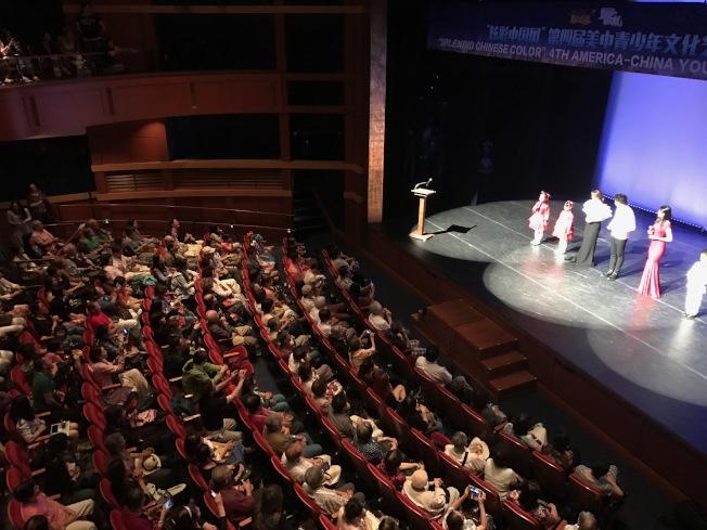 「炫彩中國風」第四屆美中青少年文化藝術節吸引500多名觀眾,現場座無虛席。(記者俞國梁/攝影)
