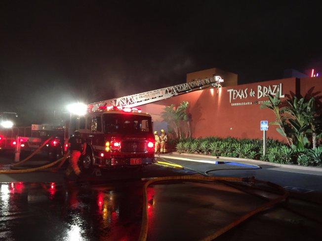 爾灣市商業中心內一家巴西餐廳11日凌晨發生大火。(橙縣消防局提供)