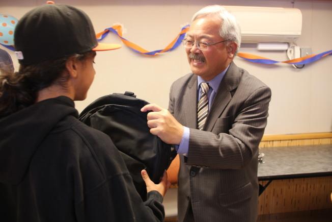 市長李孟賢向學生派發書包。(記者李晗/攝影)