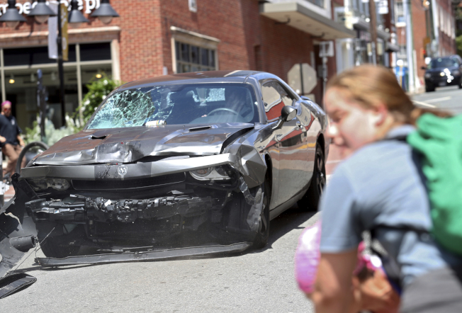 維吉尼亞州夏洛茲維爾市「白人至上」示威12日發生汽車衝撞人群事件,這起流血衝突至少已造成一人死亡和多人受傷。(美聯社)