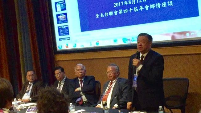 僑委會副委員長呂元榮(立者)說明僑委會處理台聯會訪中的幾個原則。(特派員許惠敏)