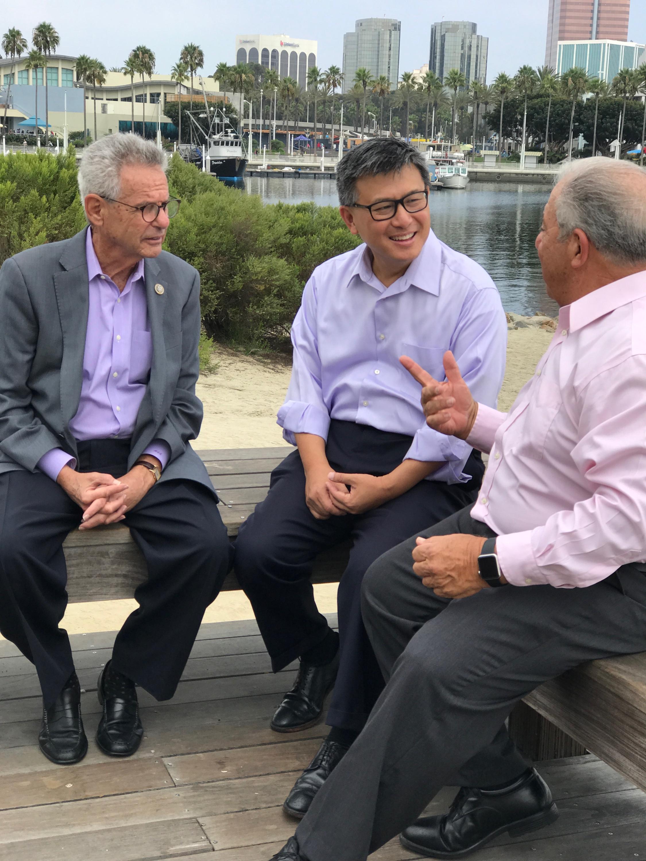 江俊輝獲得國會議員洛倫塔爾(左)和長堤前市長Bob Foster(右)的背書。(江俊輝辦公室提供)