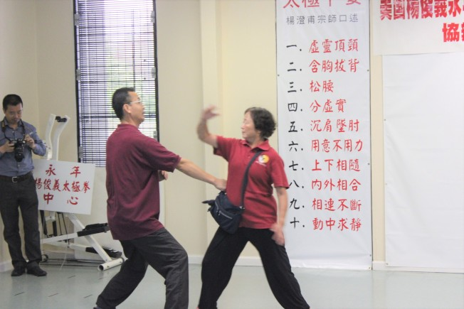講座中由楊俊義與其門下弟子於現場進行演示,並以慢動作、分解步驟來幫助民眾更加清楚明白如何運用。(記者郭宗岳/攝影)