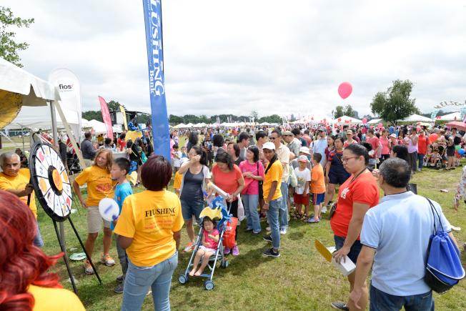 數千人在龍舟節參加抽獎活動。(記者朱澤人/攝影)