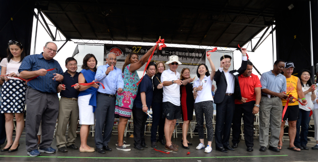 香港龍舟節主辦方與民選官員剪綵,慶祝此華人盛會開幕。(記者朱澤人/攝影)
