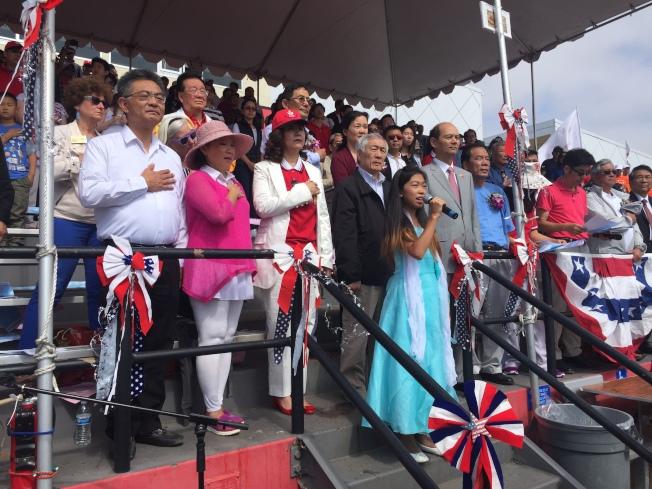 多位華裔官員一同參與盛會,合唱美國國歌。(記者林亞歆/攝影)