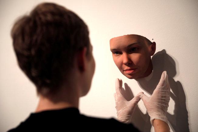 紐約藝術家哈格柏從DNA來複製人的面貌。(路透)