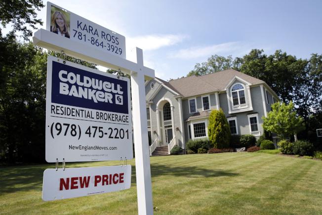全國房地產商協會指出,稅改不利購屋族,恐導致另一波房市崩盤。圖為麻州一間房屋準備出售。(美聯社)
