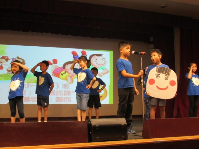 小朋友們用中文又唱又跳,展現華僑學校暑期班成果。(記者顏嘉瑩/攝影)