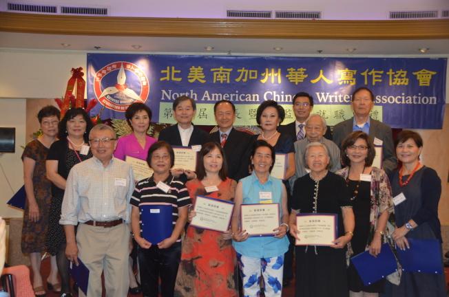 北美南加州華人寫作協會第16屆會長及全體理監事就職。(記者王全秀子/攝影)