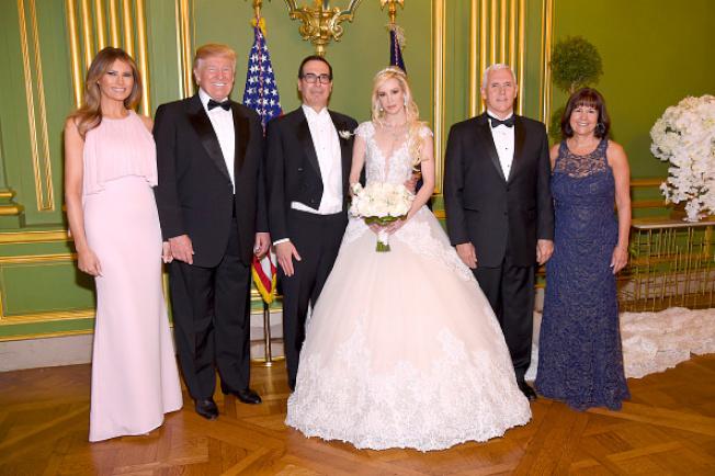 財政部長米努勤與露易絲林頓,今年6月在華府結婚,由川普總統夫婦與副總統潘斯夫婦都應邀參加。(Getty Images)