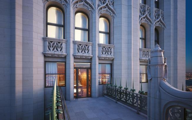 伍爾沃斯大廈31層的古典私人露台,讓住戶可以在雲邊欣賞紐約夜景。(取自The Woolworth Tower Residences網站)