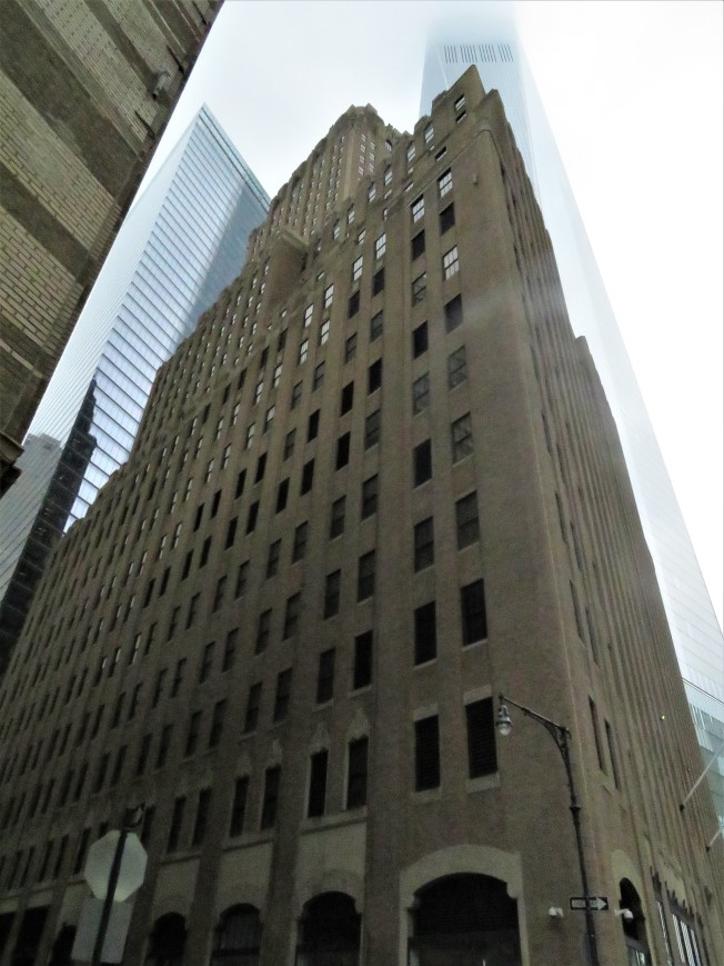 Barclay街100號緊鄰金融中心,被世貿中心環繞。(記者陳小寧/攝影)