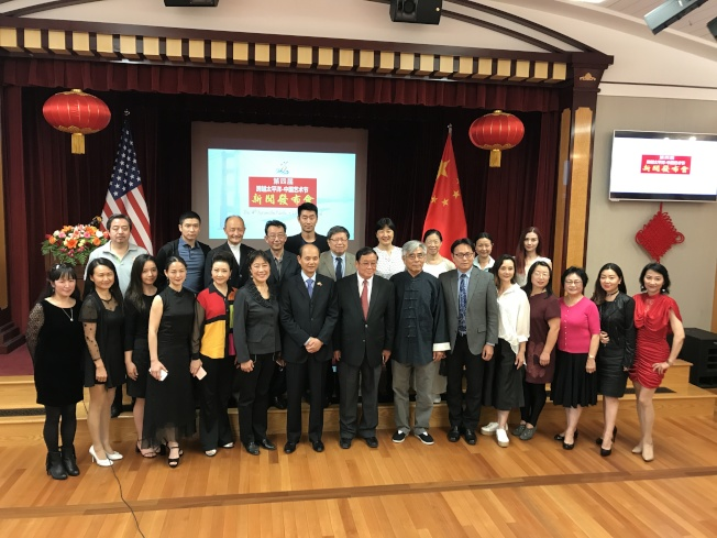 中國駐舊金山總領事羅林泉(前排左七)和文化參贊肖夏勇(前排右六)與參加藝術節新聞發布會的各主辦單位代表合影。(記者黃少華/攝影)