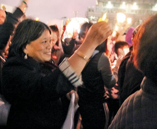 市議員李麗嫦在燭光悼念的現場,她表示自己正在籌畫一項彈劾川普的議案。(記者李晗/攝影)