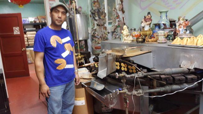 陳展明在金門餅店。