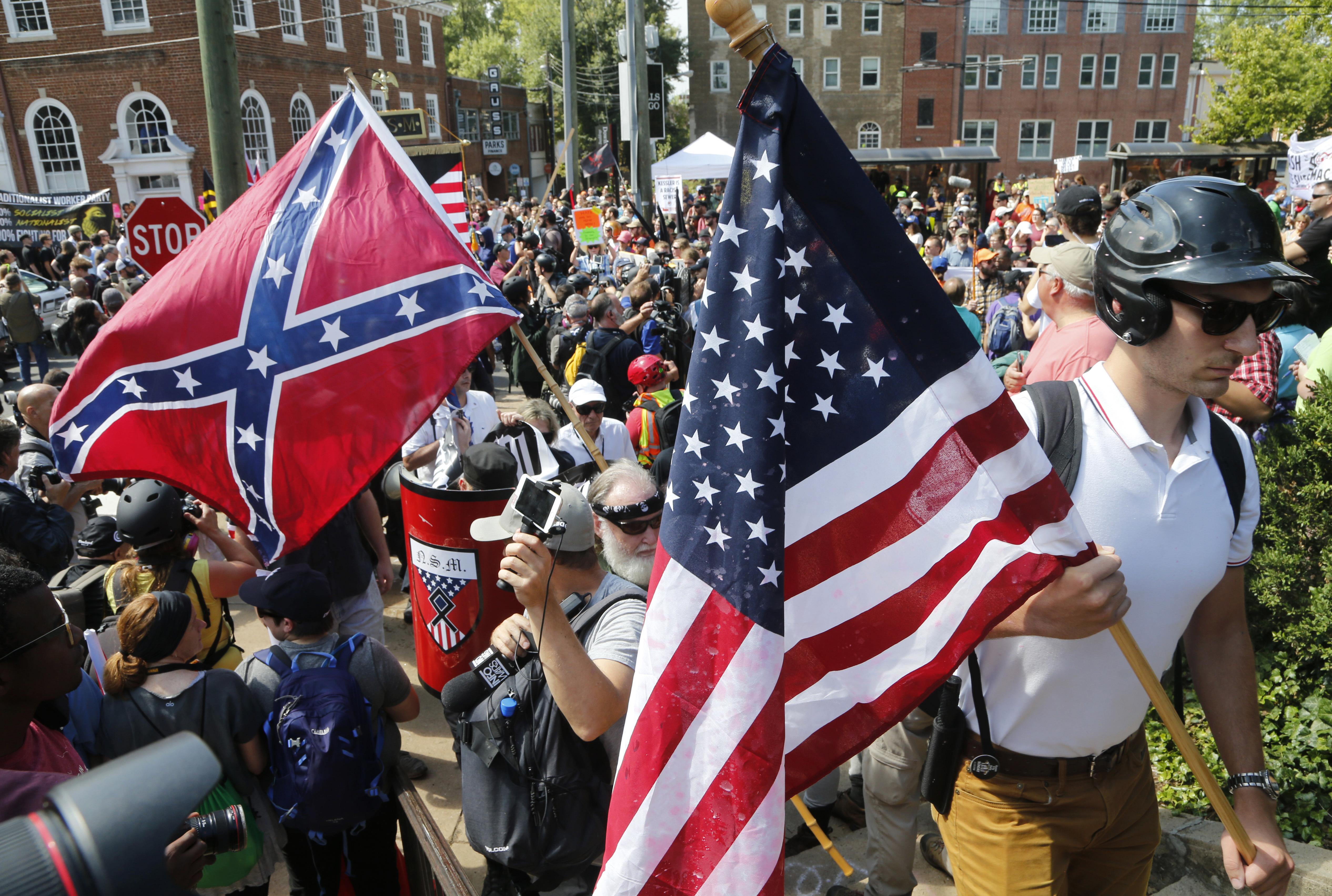 上百名白人至上主義擁護者12日在維州夏洛茲維爾市 (Charlottesville) 進行大規模的右翼集會 (Unite the Right),與至少上千名反對人士互相踢打、丟擲水瓶、甚至噴灑化學劑。(美聯社)