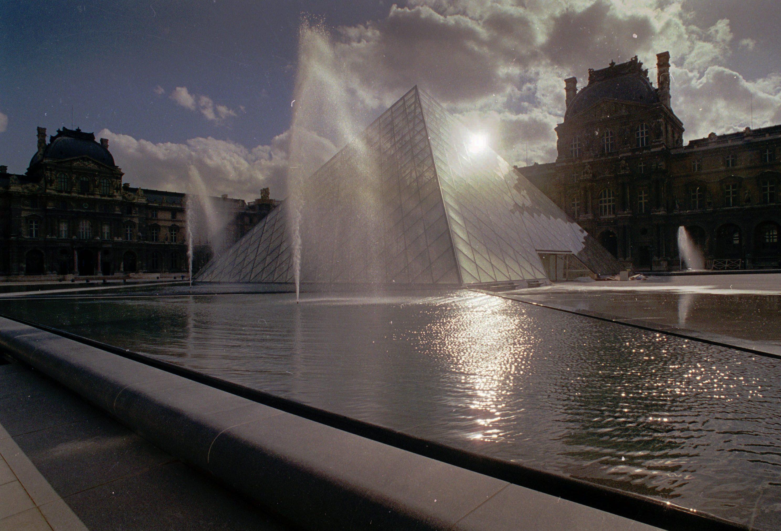 1988年10月12日,羅浮宮的玻璃金字塔被四周瀑布環繞。 (美聯社)