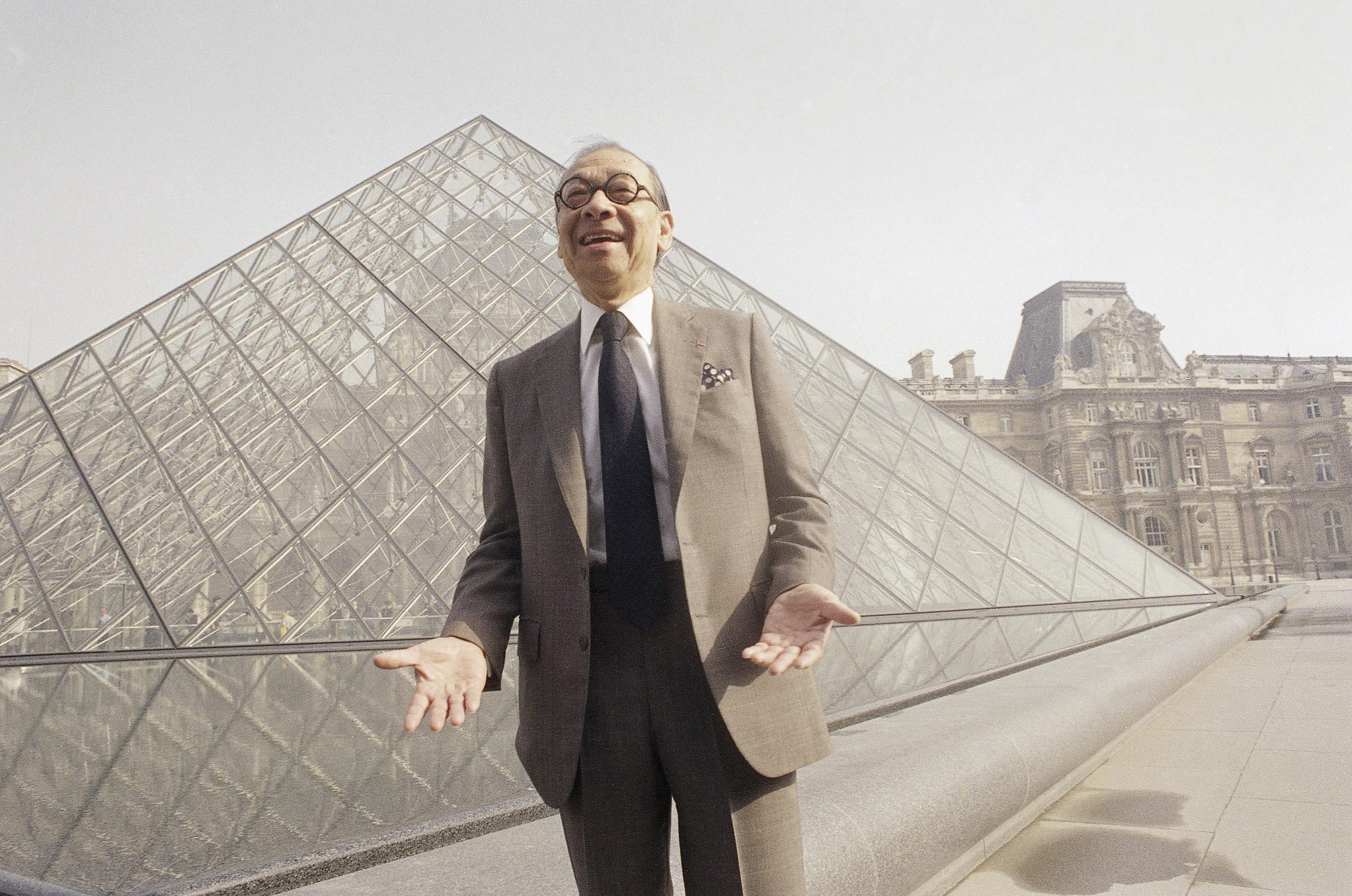 1989年3月29日,華裔名建築師貝聿銘於自己設計的玻璃金字塔前與攝影師談笑風生。 (美聯社)