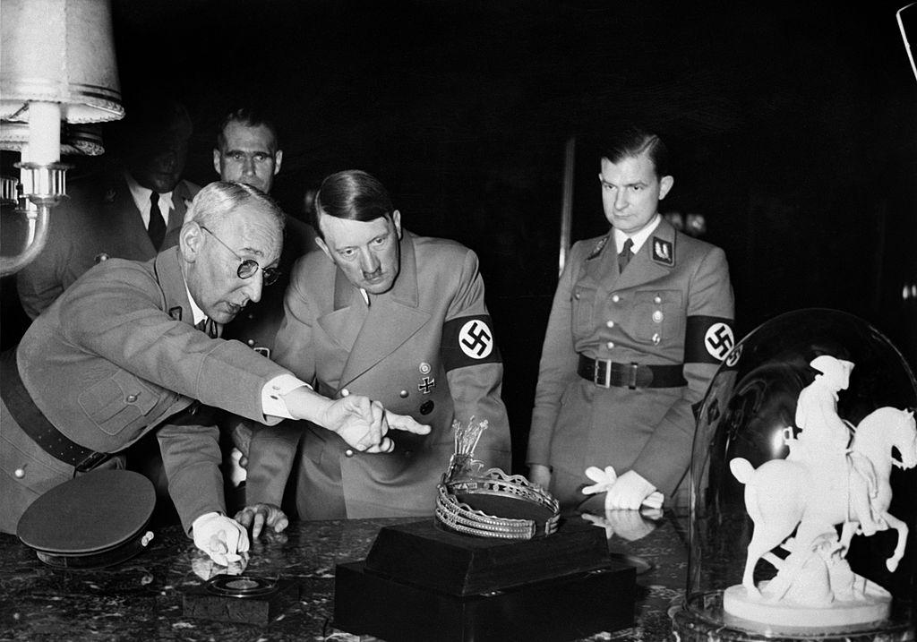 1939年希特勒與他的將領們指著地圖討論作戰計畫。(Getty Images)