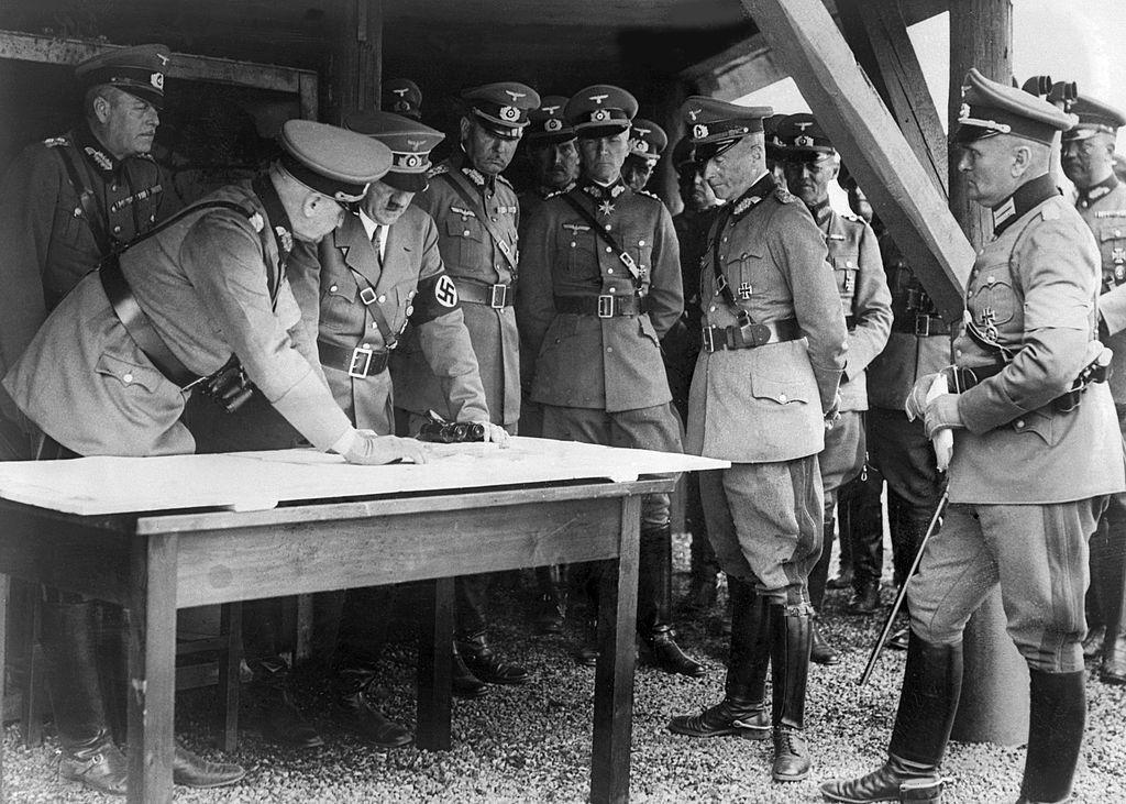 希特勒與他的將領們指著地圖討論作戰計畫。(Getty Images)