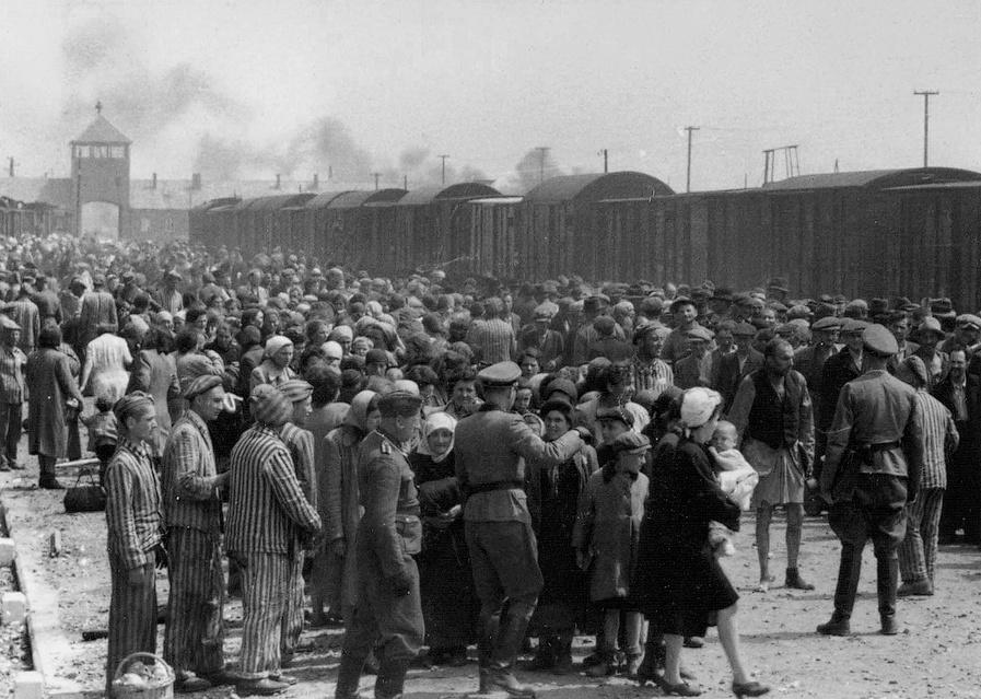 1945年波瀾奧斯威心集中營正在分隊,分到右隊代表要勞役,而左隊則要被送到毒氣室。圖/以色列猶太人大屠殺紀念館藏