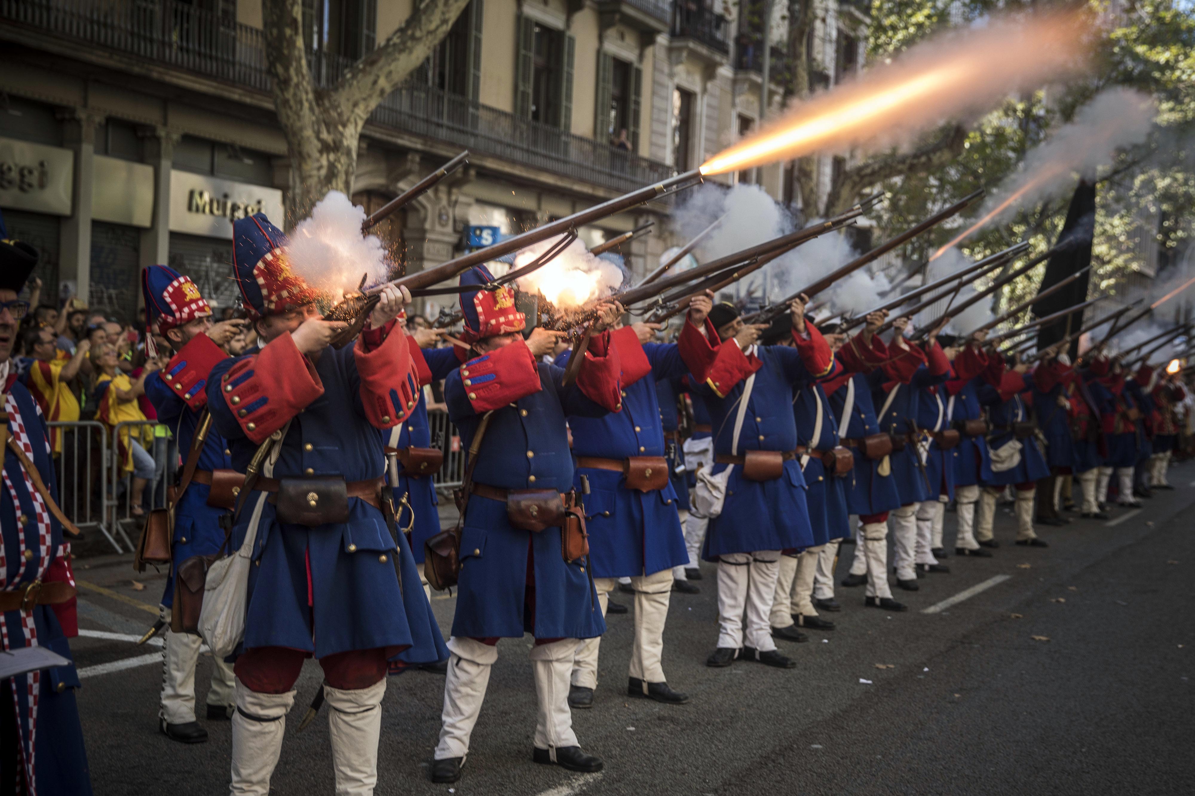 9月11日為加泰隆尼亞「國慶日」,民眾穿著18世紀時期加泰隆尼亞軍人的服飾慶祝「國慶日」。(美聯社)