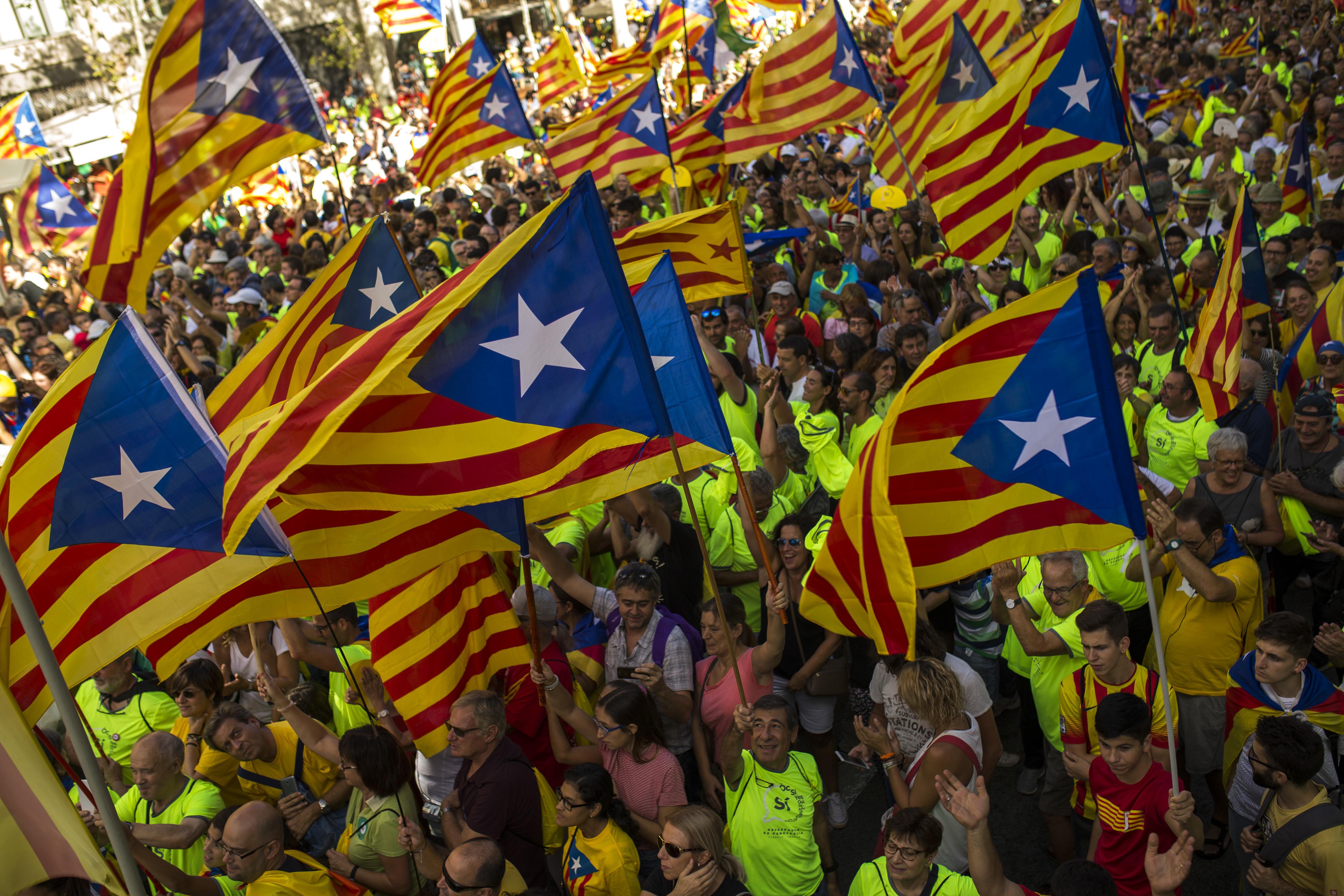 加泰隆尼亞11日有數10萬人參加公投前的示威遊行。(美聯社)