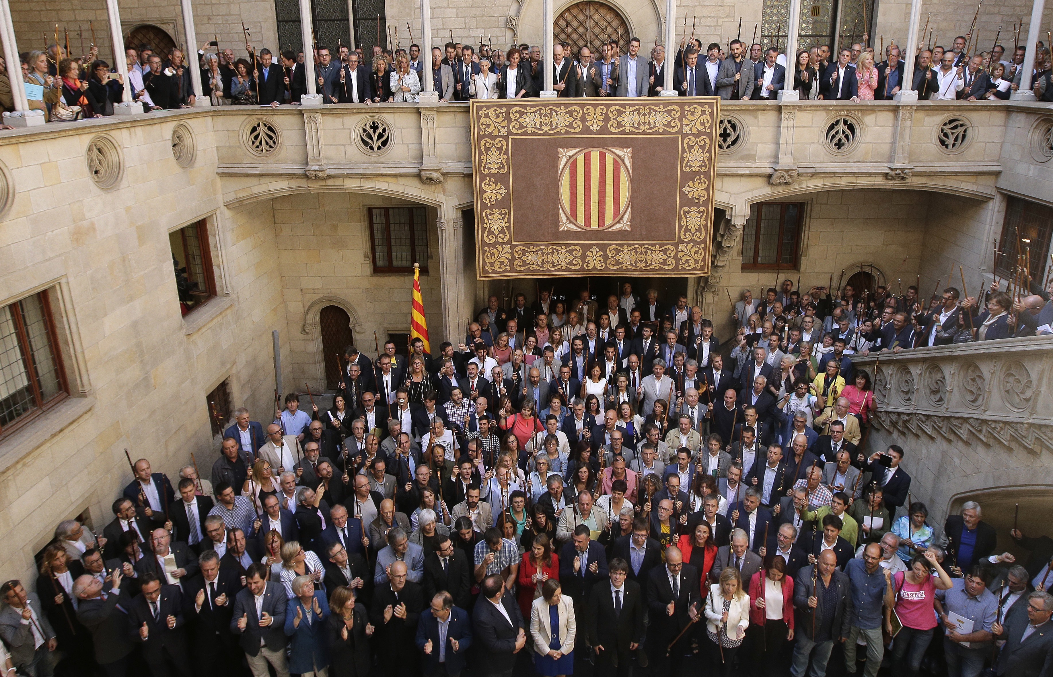 加泰隆尼亞自治區700多位市長16日在自治區政府大樓前進行示威。(美聯社)