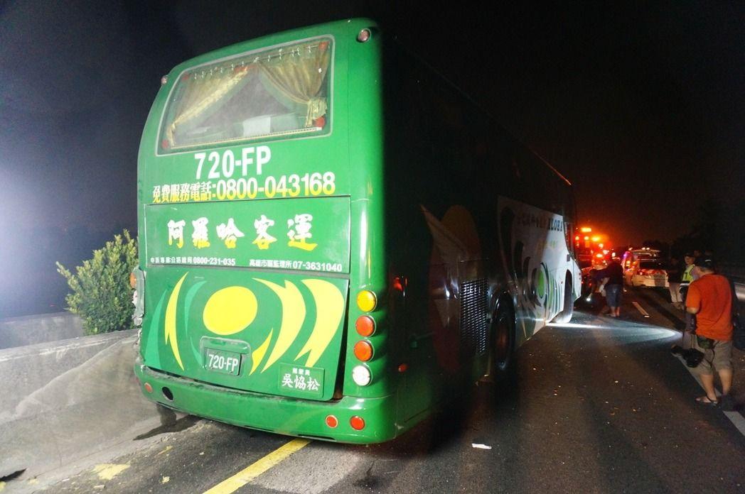 阿羅哈客運11日深夜在國道一號北上自撞護欄。記者林伯驊/攝影