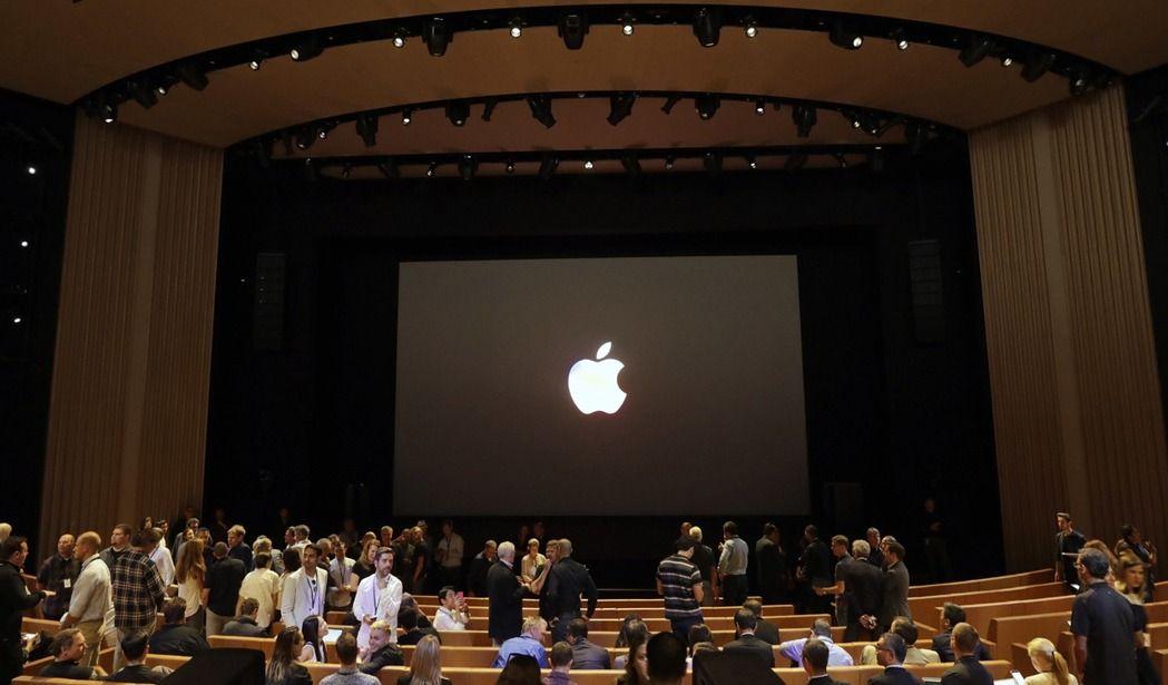 蘋果秋季新品發表在新總部的「賈伯斯劇院」(Steve Jobs Theater)舉行。 美聯社