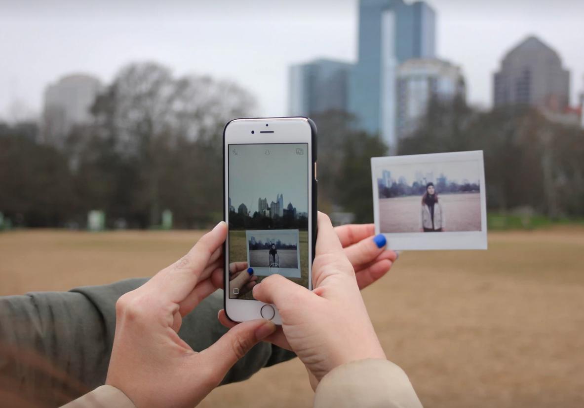 比起出門閒晃,現在的青少年更常以智慧手機和社群網路與朋友互動。(unsplash)