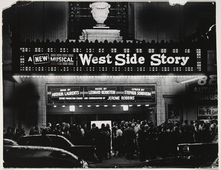 1957年9月26日,大批觀眾在門口排隊,準備前往觀看西城故事百老匯首演。(國會圖書館)