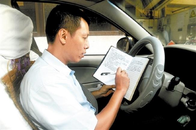 陳河柱當了18年出租車司機,不過其中有4年時間是隔三差五不開車。(取材自新快報)