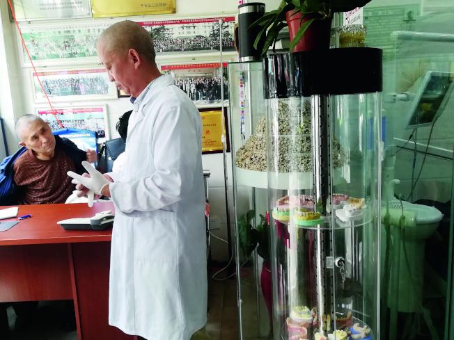 德容診所內,周德容正準備為患者問診。(取材自中國新聞周刊)